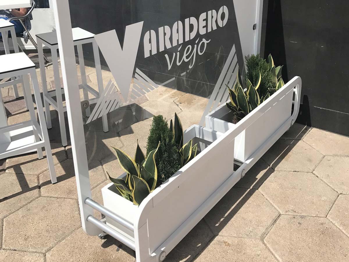 rollbarer Windschutz für Blumenkästen